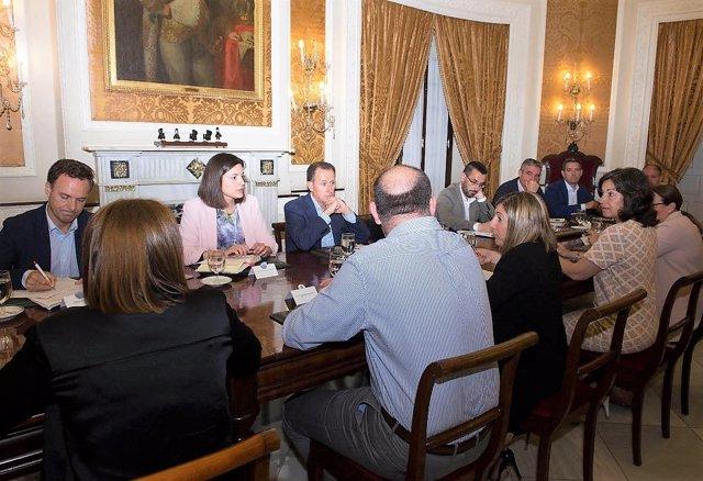 La presidenta de Diputación de Cádiz con alcaldes de la provincia