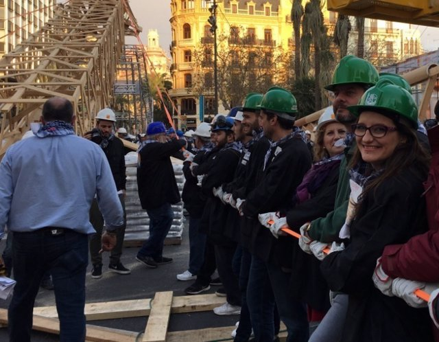 Móinica Oltra participando en la plantà al tompe en las Fallas 2017