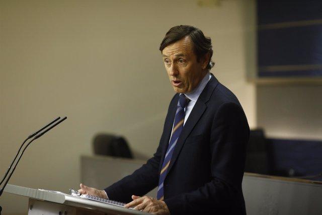 Rafael Hernando en rueda de prensa en el Congreso