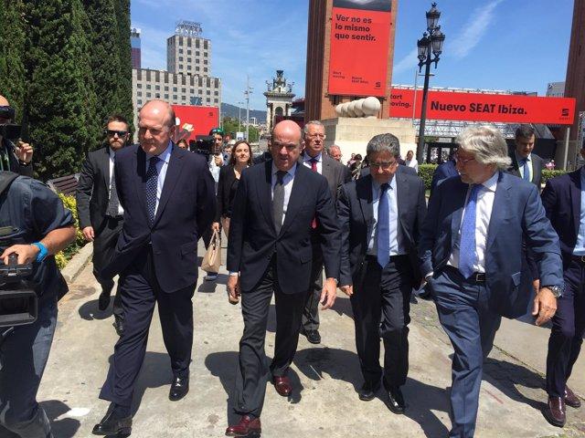 El ministro Luis de Guindos en el salón Automobile Barcelona