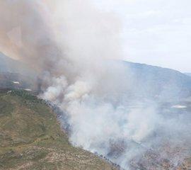 Desalojan varios cortijos en Salobreña afectados por un incendio forestal, ya estabilizado