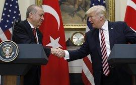 """Erdogan subraya ante Trump que """"no hay lugar"""" para grupos """"terroristas"""" como las YPG"""