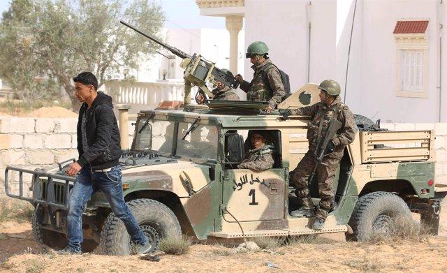 Patrullas de soldados en Túnez
