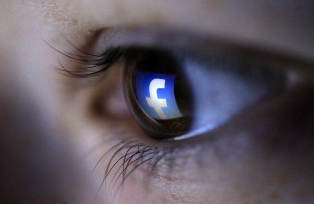Logo de Facebook reflejado en un ojo
