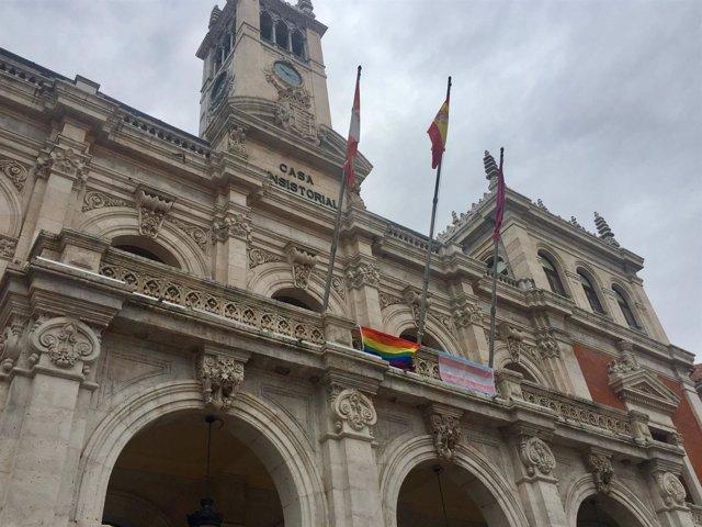 Banderas en la fachada consistorial.