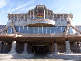 La Asamblea Regional luce la bandera arco iris en su fachada en apoyo al colectivo LGTBI