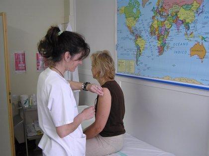 Los centros de vacunación internacional ponen más vacunas a viajeros