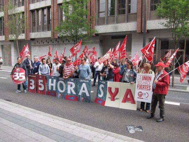 Concentración de empleados públicos frente a la Delegación Territorial
