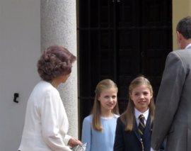 La Familia Real recibida con aplausos y vítores en la Comunión de la Infanta Sofía