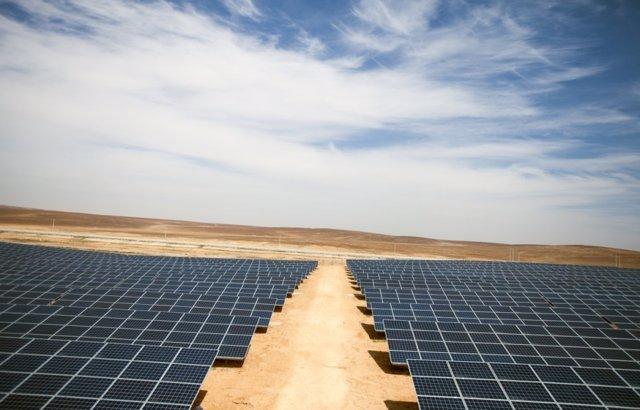 Paneles solares en el campo de refugiados de Azraq (Jordania)
