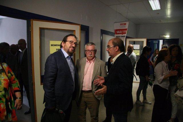 Ignacio Fernández Toxo acompañado por Julián Buey (izq) y Javier Lambán (dch).