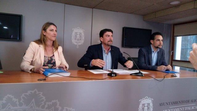 Luis Barcala, en el centro, entre De España y Cortés el pasado abril