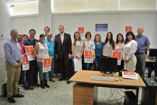 Guillén visita el Aula pública de acceso a internet de Vistabella