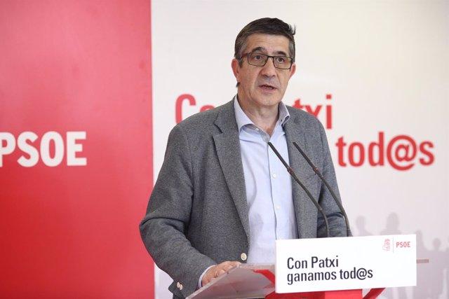 El candidato a la Secretaría General del PSOE Patxi López en una rueda de prensa