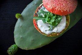 Lanzarote incorpora la hamburguesa de cactus a su propuesta culinaria, la primera de su tipo en España