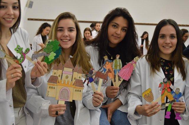 Las alumnas de la UPSA con los cuentos y juegos