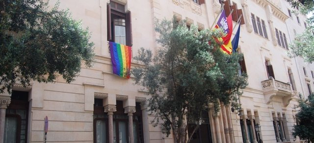 El Parlament cuelga la bandera arcoíris por el Día del Orgullo Lgtbi