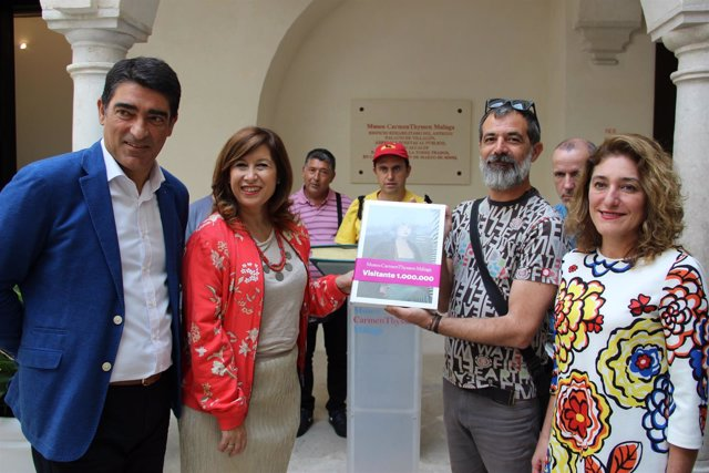 Eduardo Brenes con representantes del Museo