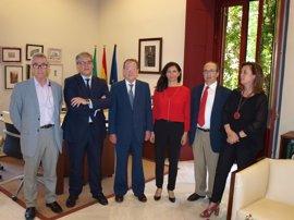 De Llera traslada el apoyo de la Junta a la plataforma que defiende ubicar las nuevas secciones del TSJA en Granada