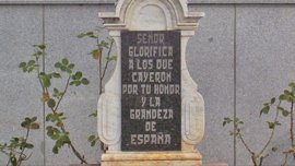 Cultura insta al Ayuntamiento de Dos Torres a retirar la placa franquista de la Cruz de los Caídos