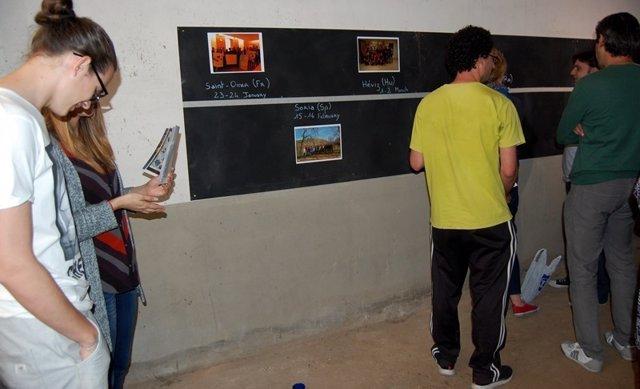 Los Jóvenes Reunidos En El Local Del Casco Viejo