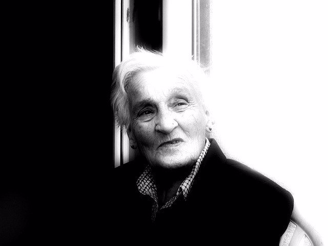 Mujer con Alzheimer, demencia