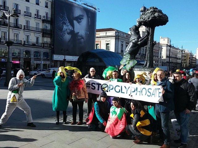 Acción de protesta en la Puerta del Sol contra el glifosato