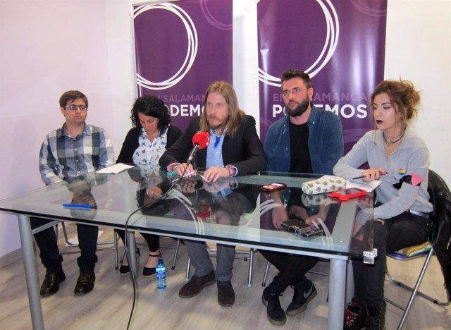Pablo Fernández junto a compañeros de su candidatura a las primarias de Podemos