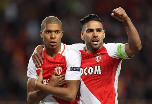 Mbappé y Falcao celebran un gol del Mónaco