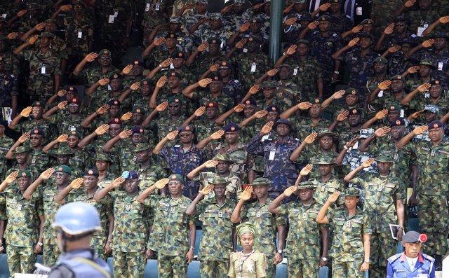 Oficiales durante el desfile del 150 aniversario del Ejército de Nigeria