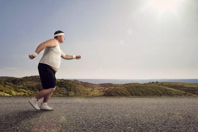 Hombre gordo corriendo.