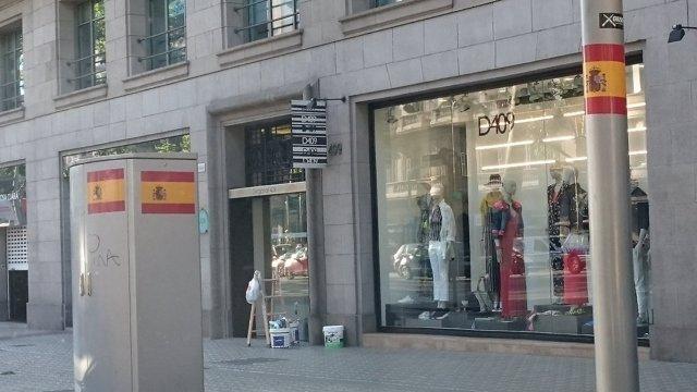 Identifican a jóvenes por colocar adhesivos grandes de la bandera de España
