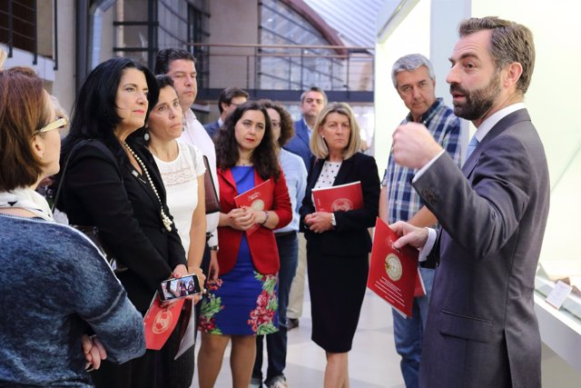 Luis Rey explica los ejemplares de la biblioteca a los primeros visitantes