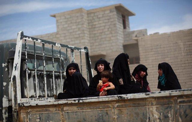 Iraquíes desplazados por los combates en Mosul