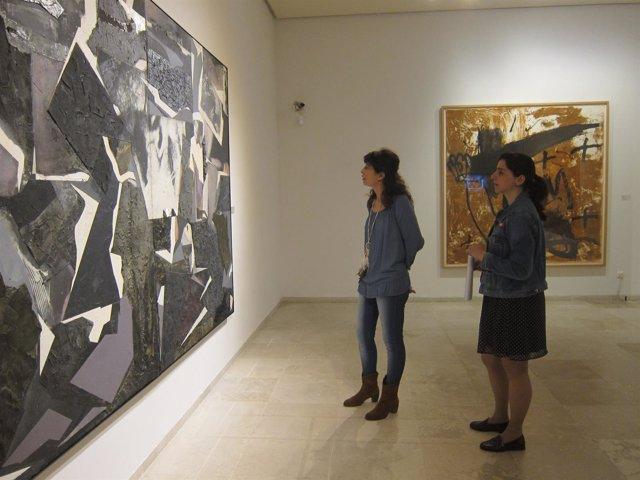 Valladolid. Ana Redondo y beatriz Pastrana contemplan 'Presencia'