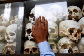 Centenares de camboyanos rinden homenaje a las víctimas de los Jemeres Rojos en los campos de exterminio
