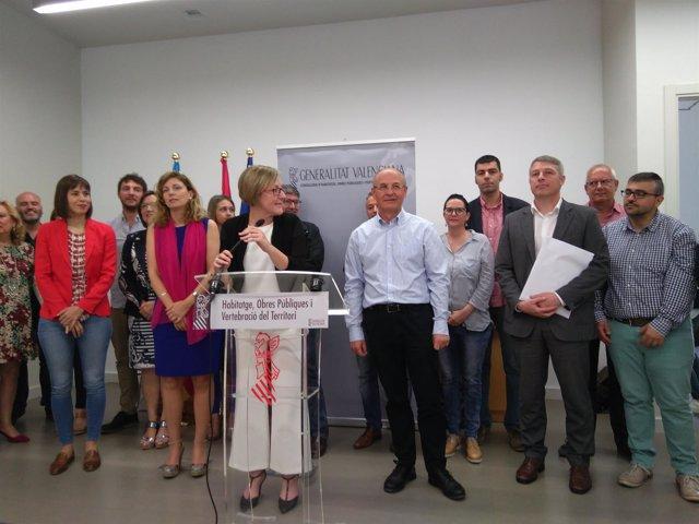 La consellera y los alcaldes en la presentación de la iniciativa