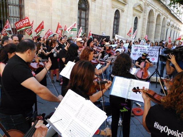 Concierto-protesta en Sevilla reclamando el aplazamiento de oposiciones