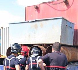 Descubren 27 inmigrantes en el doble fondo de un camión en la frontera de Melilla y rescatan a un polizón de un tubo