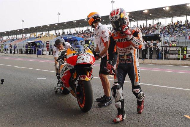 Dani Pedrosa bajandose de la moto