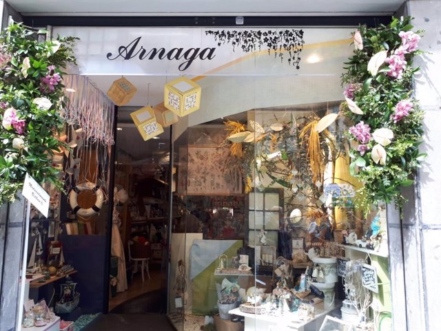 Comercio decorado con flores
