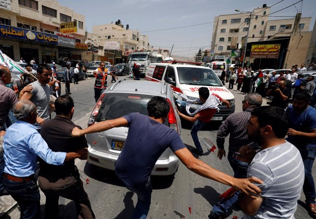 Varios palestinos atacan a un coche de un colono israelí