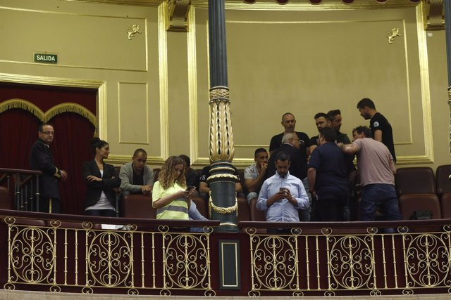 Estibadores durante el debate del decreto en el Congreso