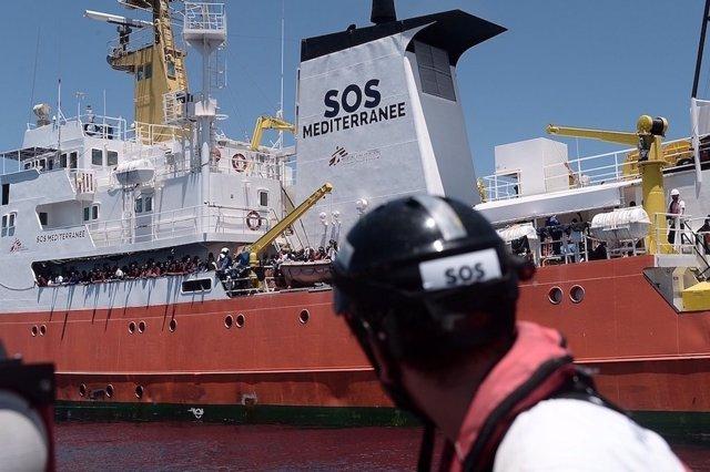El buque operado por SOS Mediterranee con las personas rescatadas este jueves