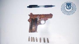 Encontrada un arma de fuego abandonada en unos arbustos de Puente de Vallecas