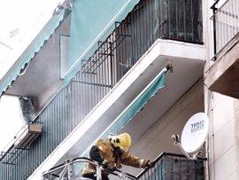 Un incendio de gran virulencia calcina parte de un edificio en Sant Joan d'Alacant y obliga a desalojar el inmueble