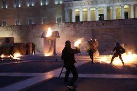 El Parlamento de Grecia da luz verde a un nuevo paquete de medidas de austeridad para acceder a fondos europeos