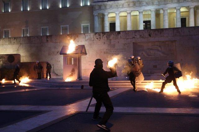 Protestas en el Parlamento de Grecia tras aprobar nuevo paquete de medidas