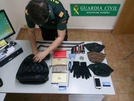 Detenido un hombre en Tomiño por hurtar un bolso en el interior de un vehículo