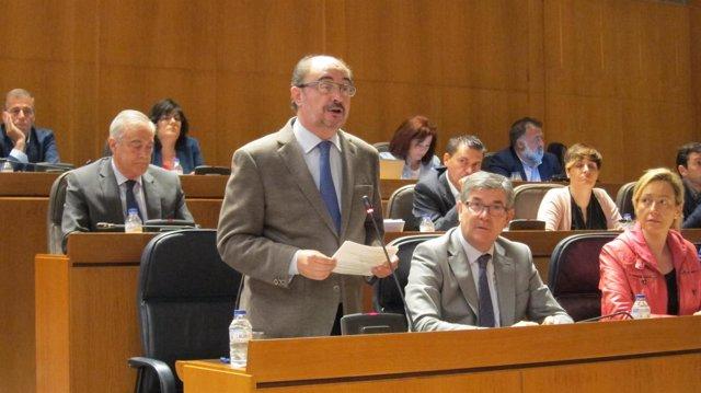 El presidente de Aragón, Javier Lambán, respondiendo una pregunta en el pleno